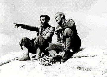 Prijatelja in športnika Miran Cizelj (desno) in Dušan Vodeb med enim njunih številnih alpinističnih podvigov v Julijcih; arhiv Dušana Vodeba