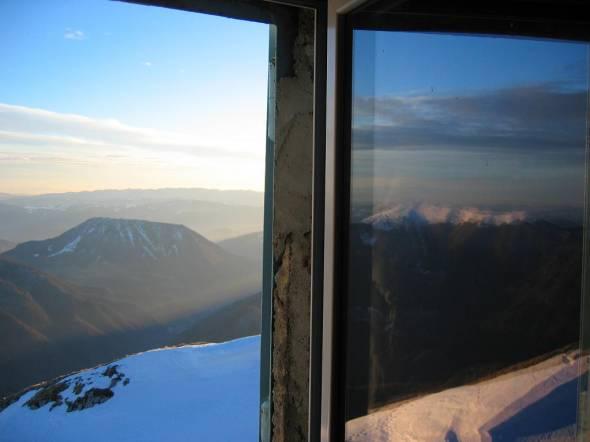 Kojca in odsev Porezna v oknu