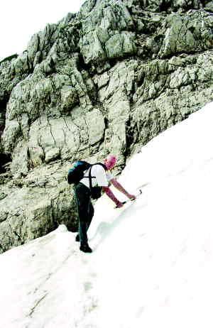 Dr. Jurij Kunaver opozarja na previdnost pri prečenju snežišč; foto Urška Šprogar