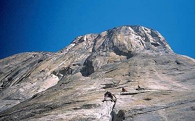 Plezanje v granitu je plezanje poči. V steni ni klinov, varovanje se namešča sproti med plezanjem