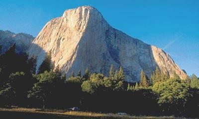 1000 m visok El Capitan. Preplezana smer se začne ob stiku sonca in sence, nad drevesi zavije levo od odtisa srca in nato navzgor.