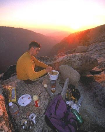 Ščepec domačega ugodja v kuhinji na vrhu El Capitana, kuha Matevć Kunšič.