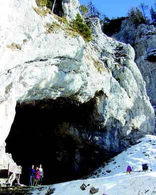 Mogočna skala z vhodom v Potočko zijalko. Foto Urška Šprogar